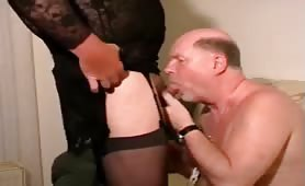 Gay threesome with fresh piss