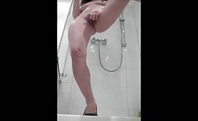 Girl Pisses in the Shower